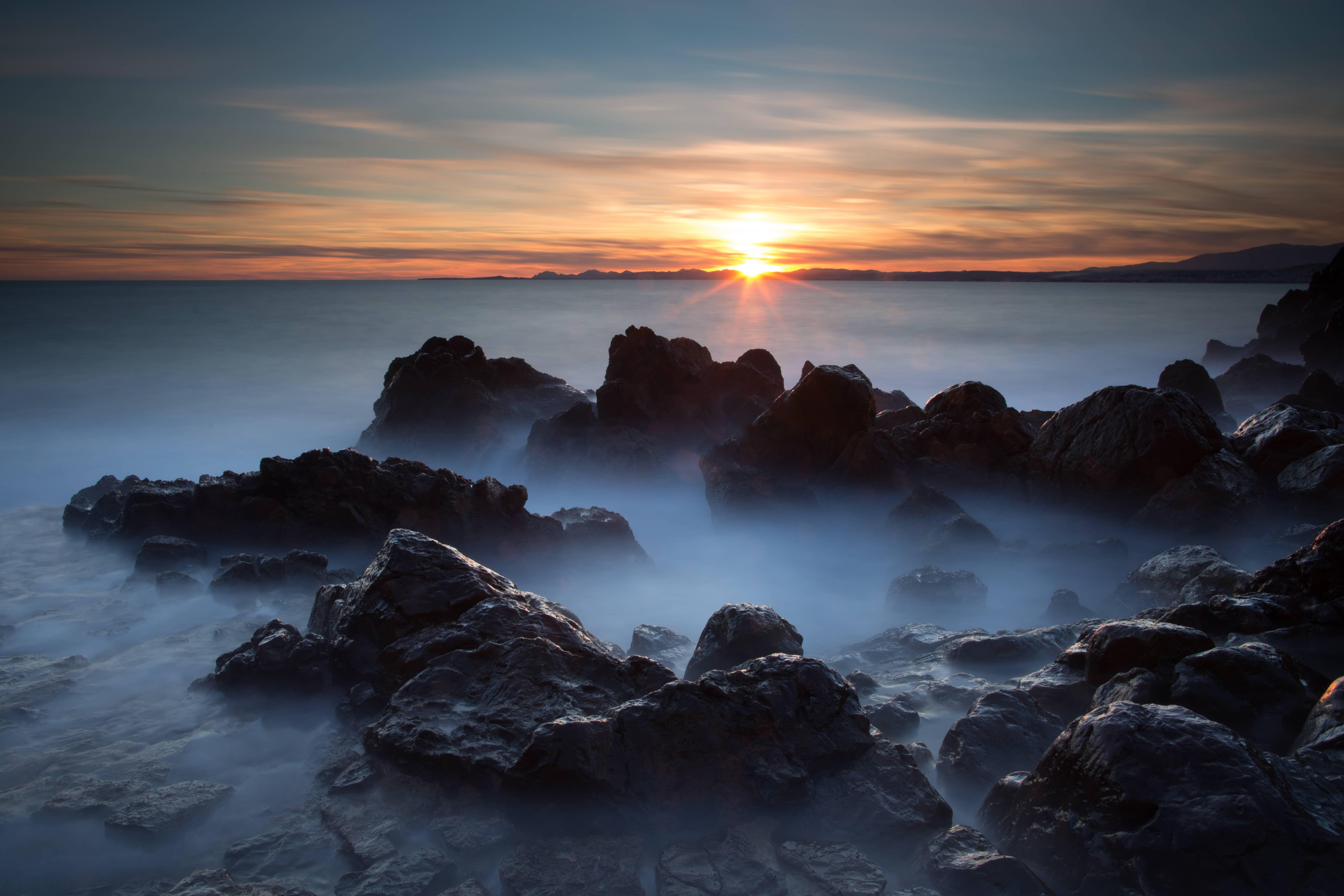la photo d'un coucher d'un soleil au meilleur moment