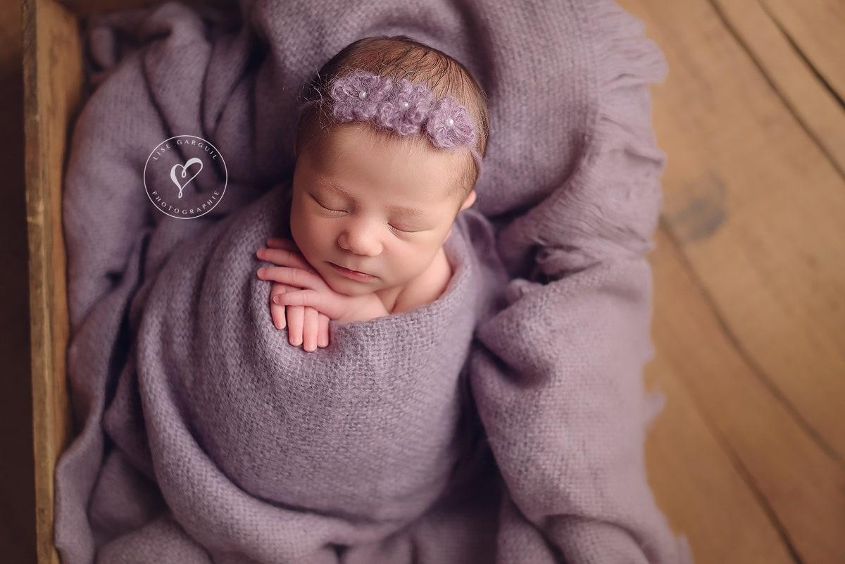 premiers instants de l'arrivée de bébé : un moment magique de cette bouille dans son cocon prise en portrait en studio