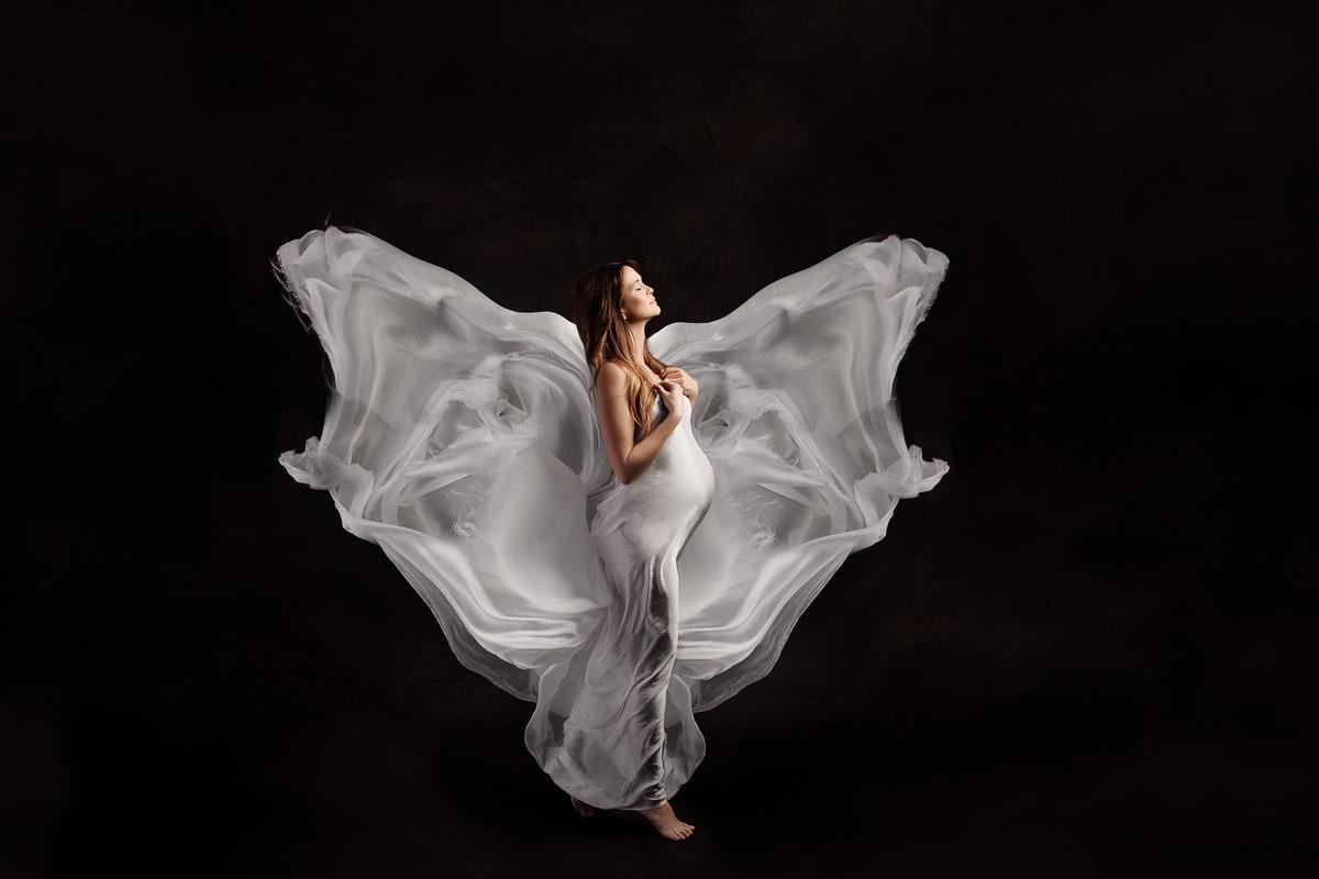 photo de grossesse avec une robe fluide blanche